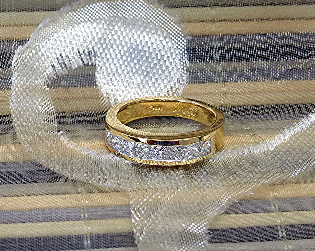 One carat 18k gold diamond band